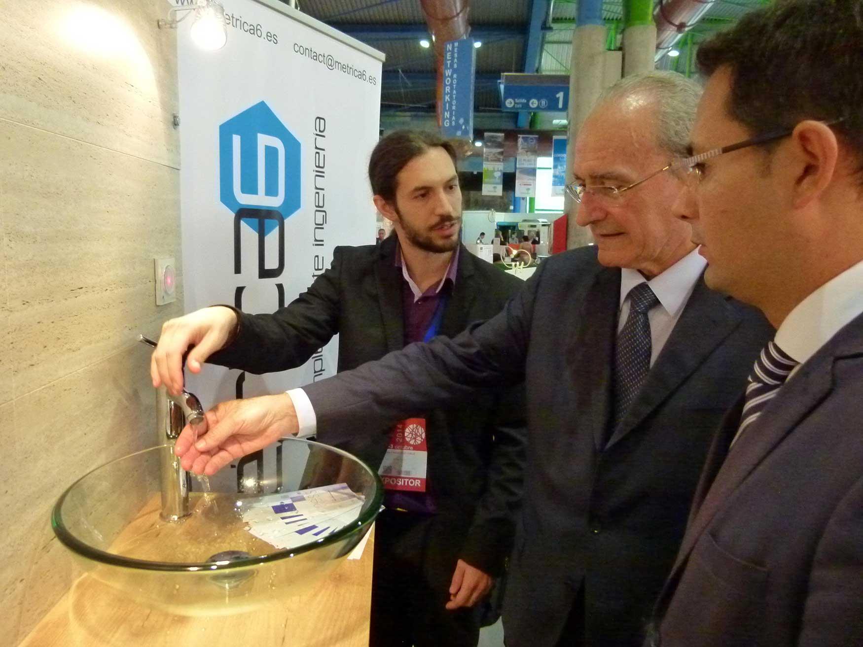 Francisco de la Torre visita el sistema de ahorro de agua de Métrica6.