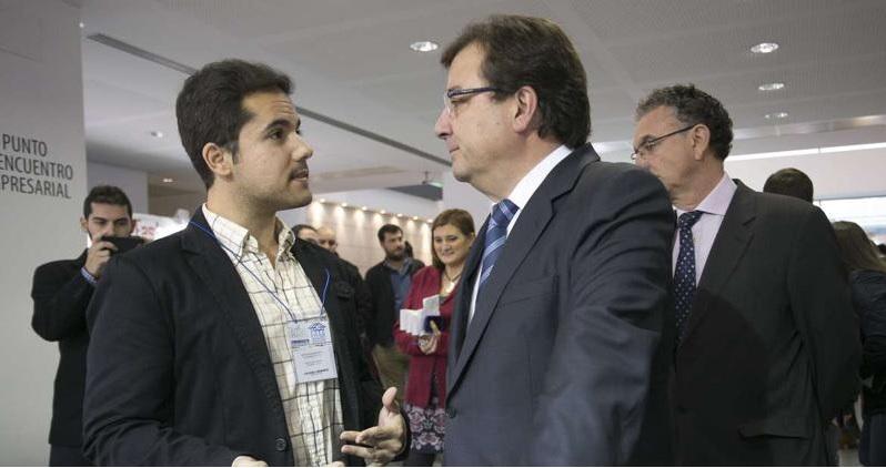 El director de Comunicación de Métrica6 y el presidente de la Junta de Extremadura.