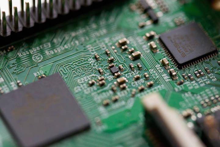 Placa con circuíto electrónico de Métrica6. Diseño de producto, desarrollo, I+D+i, innovación, ingeniería, consultoría